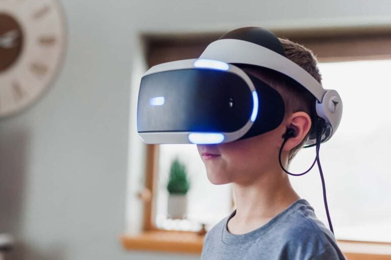 kid using virtual reality headset 3405456